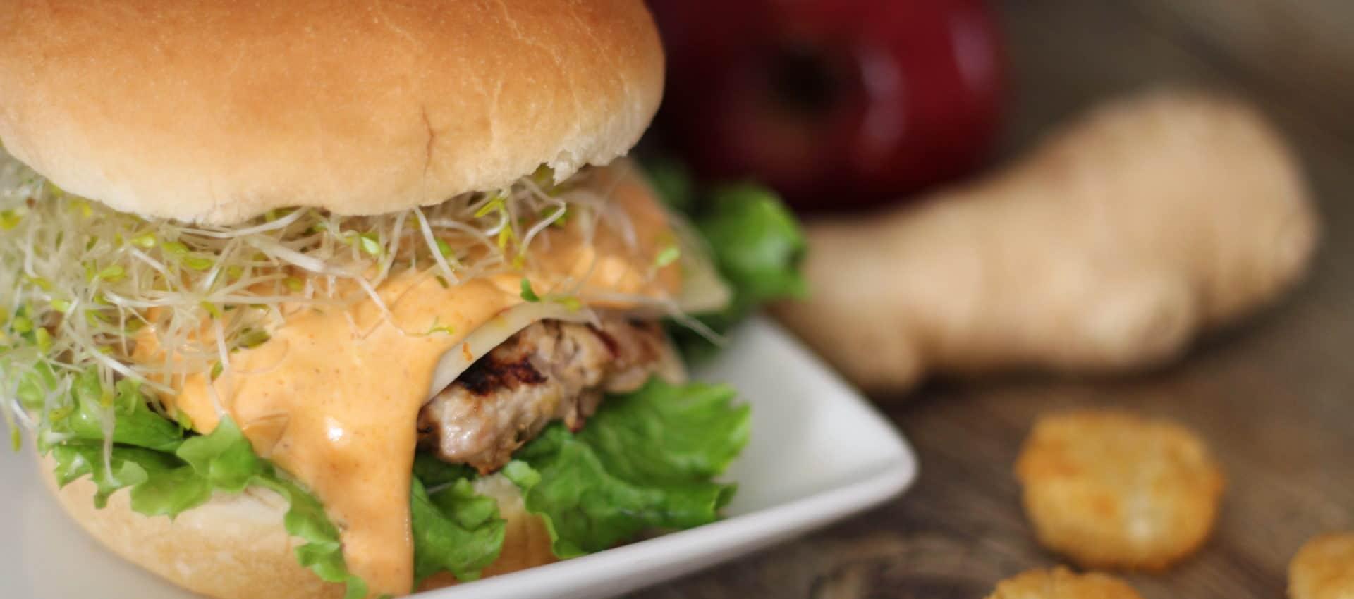 Hamburger asiatique au porc et à la pomme